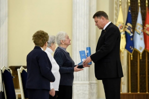 Klaus Iohannis a decorat trei supravieţuitoare ale Holocaustului