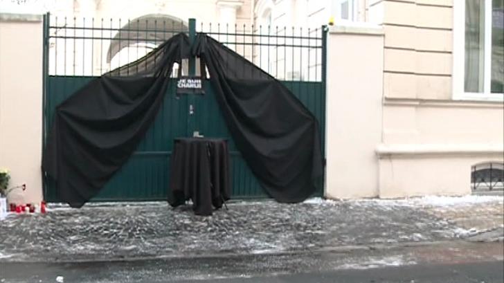 Manifestaţie pentru omagierea victimelor de la Charlie Hebdo, sâmbătă, la Ambasada Franţei