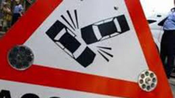 Cisternă cu acetonă răsturnată în urma unui accident pe DN6. Traficul este închis, un om a murit