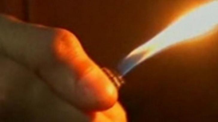 Tânăr, în stare gravă la spital după ce şi-a turnat diluant şi apoi şi-a dat foc în faţa unui bar