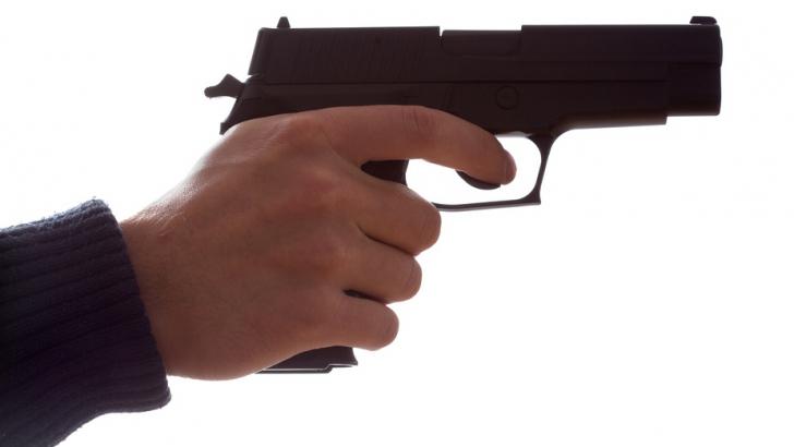 Caz incredibil la Bacău: A tras cu un pistol într-un bar când i s-a adus nota de plată