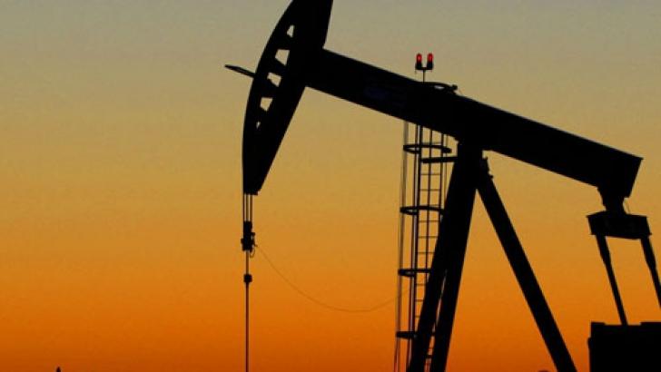 Prețul petrolului coboară în continuare