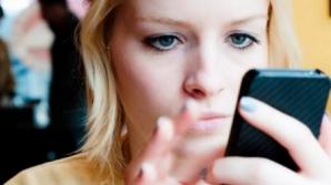 Eşti tot timpul cu telefonul în mână? Pericolul ascuns care te pândeşte