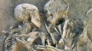 O pereche de oameni preistorici, descoperiți îmbrățișați în mormânt