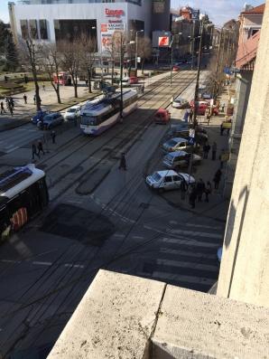 Martor ocular. Maşină de poliţie tamponată de un tramvai