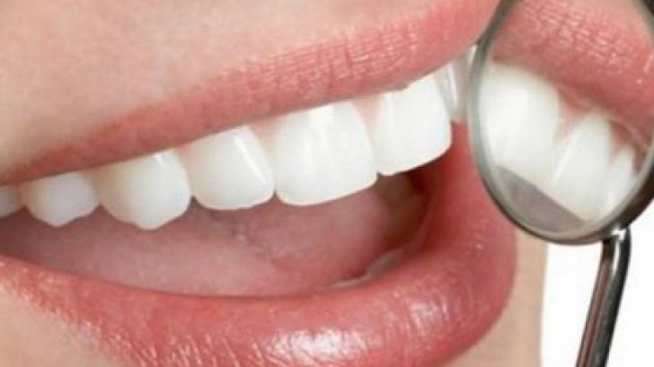 Cum îți albești dinții foarte ușor cu un ingredient ieftin