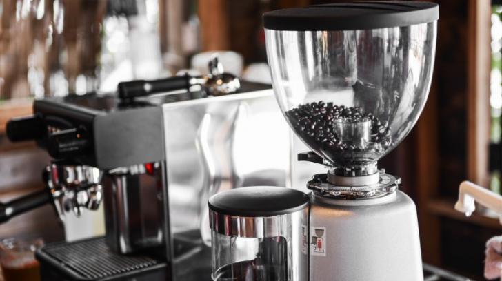 Cum cureţi cafetiera şi filtrul de cafea