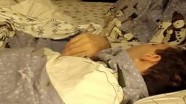 A instalat o cameră video în timp ce soţul ei dormea. Ce a surprins îţi va topi inima