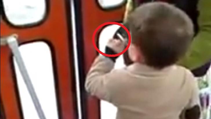 Filmare halucinantă, într-un tramvai din Cluj. Un copil de trei ani fumează, îndemnat de mama sa