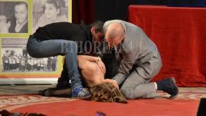 Clipe dramatice pe scena unui teatru. O tânără s-a prăbuşit pe scenă