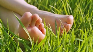 Împământarea. Beneficiile conectării desculţ cu pământul