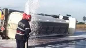 Accident grav. O cisternă încărcată cu 30 de tone de motorină s-a răsturnat pe DN 71