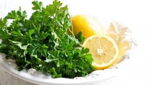 Pătrunjelul şi lămâia scad colesterolul. Află cum trebuie să le consumi!