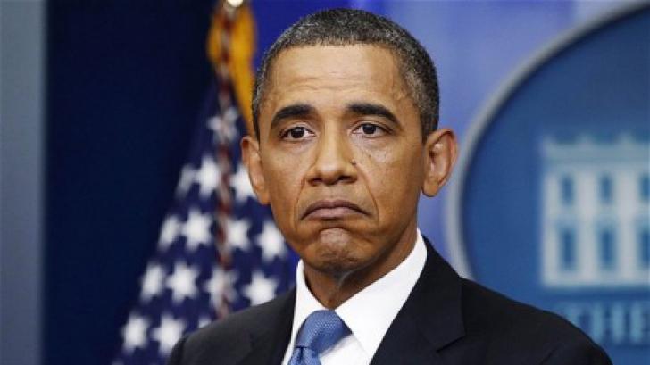 Barack Obama, la un pas de a cădea pe scările avionului Air Force One