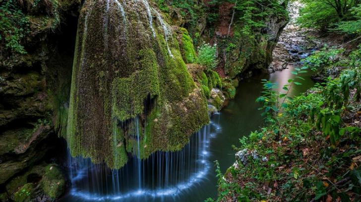 2. Cascada Bigăr se află pe teritoriul comunei Bozovici din judeţul Caraş-Severin, chiar la marginea Drumului Naţional 57B