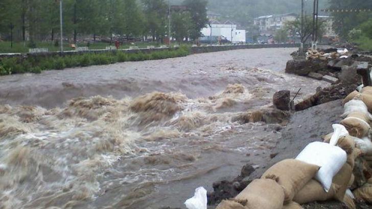Avertizare de inundații pe râurile din mai multe județe, până miercuri la miezul nopţii