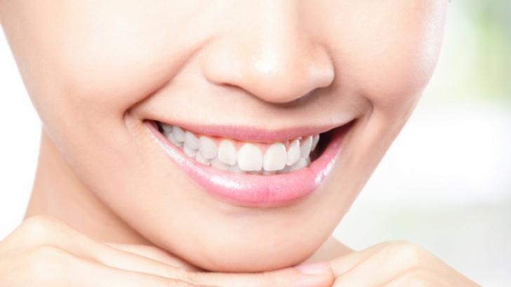 4 metode ciudate prin care îţi poţi albi dinţii