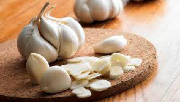Ce păţeşti dacă mănânci usturoi pe stomacul gol
