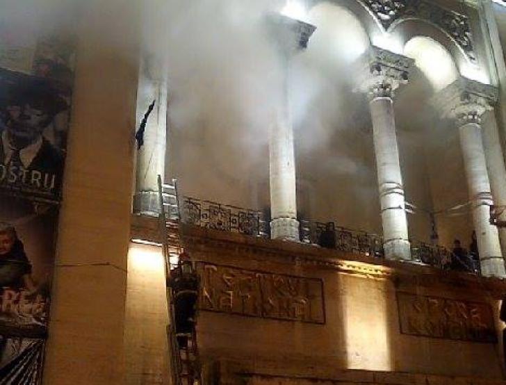 Incendiu: Opera din Timişoara a fost cuprinsă de flăcări. Operaţiune de forţă declanşată de pompieri