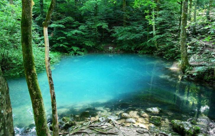 Lacul Ochiul Beiului se află în Parcul Naţional Cheile Nerei, în Munţii Anine