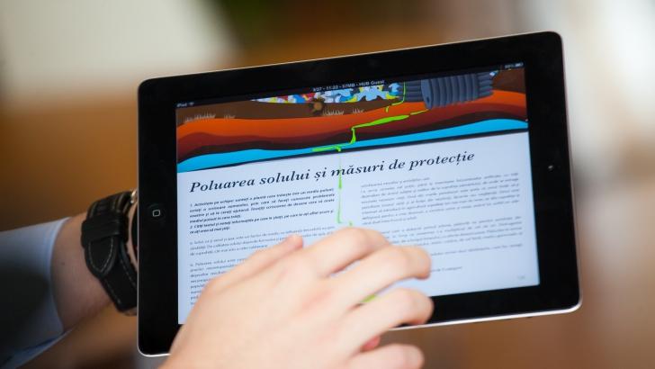 Manualele digitale vor fi retrase din scoli