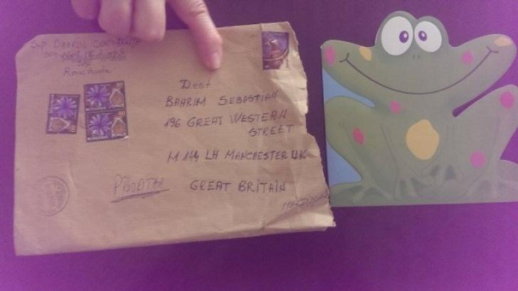 Plicul cu mărţişoare şi brăţări trimise de femeie în Anglia. La destinaţie a ajuns o felicitare a altei persoane