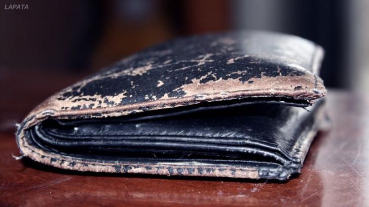 Au găsit întâmplător portofelul pierdut în urmă cu 65 de ani. Când l-au deschis au izbucnit în plâns
