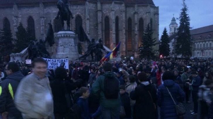 """Protest în Cluj. Se strigă: """"Chiar și miruiți, tot o să plătiți"""" Sursă foto: ADRIAN PAPAHAGI"""