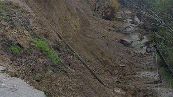 Alunecare de teren pe o lungime de doi km în Buzău: Zeci de evacuaţi, case afectate