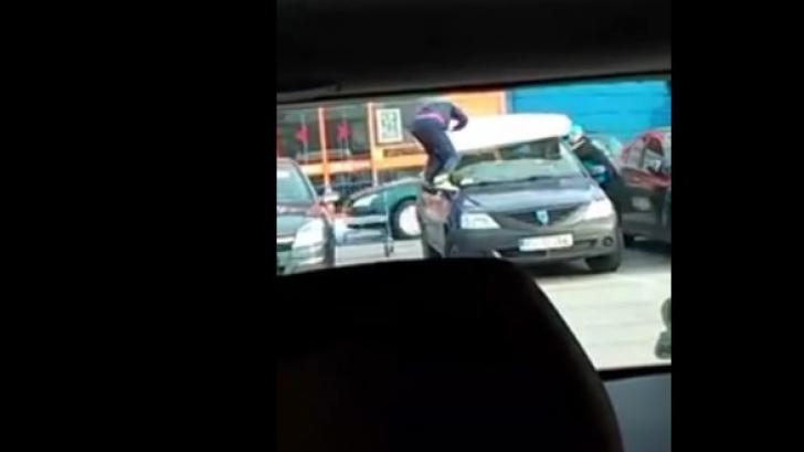 Cum leagă doi români salteaua de portierele maşinii. Filmuleţul viral de care râde toată România