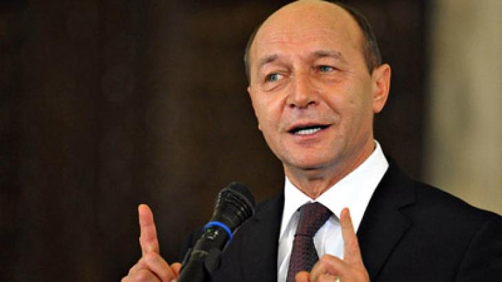 Băsescu: Iohannis aproape că se pupă pe gură cu Ponta. Așa e, sunt pensionar și postez pe Facebook