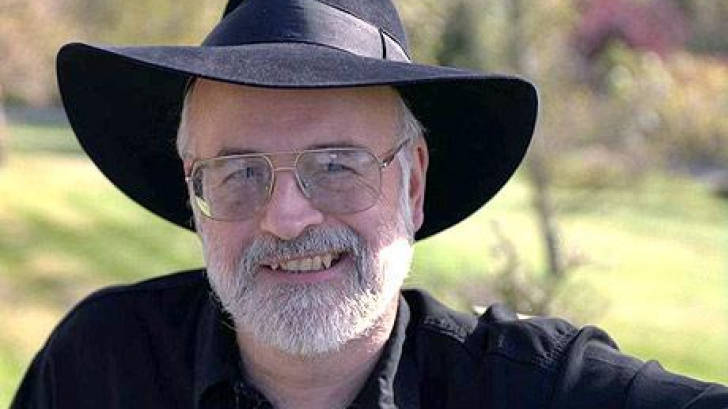 Terry Pratchett a murit