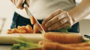 Cum poţi să ascuţi cuţitele în câteva secunde, fără ustensile speciale