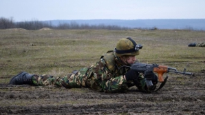 Militarii români, la arme