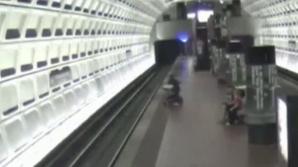 Clipe dramatice: Un bărbat în scaun cu rotile a căzut pe linia de metrou