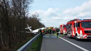 Un avion a creat panică pe autostradă