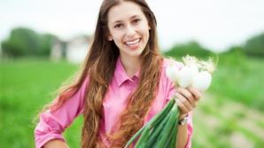 Cum scapi de acnee cu ceapă verde. Vezi ce benefici are pentru sănătate