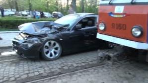 Drive test extrem. Bolid de mii de euro, izbit în plin de un tramvai: un rănit