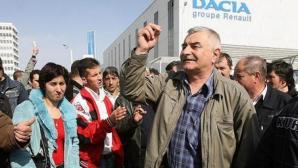 Angajaţii Dacia au protestat împotriva încetinelii de construcţie a autostrăzii Sibiu - Piteşti