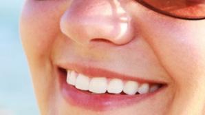 7 trucuri surprinzătoare pentru dinți mai albi și un zâmbet de milioane