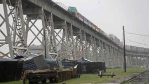 Imagini apocaliptice! Mai multe vagoane de tren, măturate de vântul puternic de pe un pod - VIDEO / Foto: koreatimesus.com