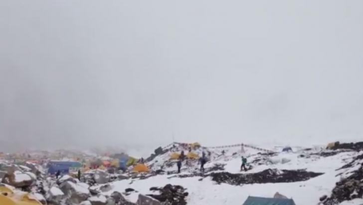 Momentul în care avalanșa lovește tabăra de bază de pe Everest, după cutremurul violent din Nepal