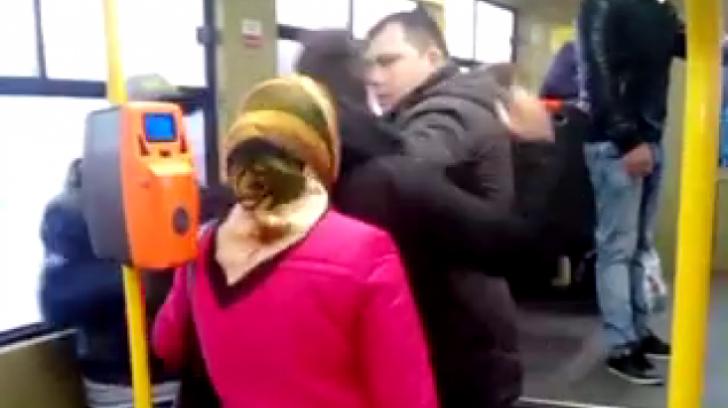 Incredibil! Scene-şoc într-un tramvai din Bucureşti. Un controlor RATB a sărit să bată un călător