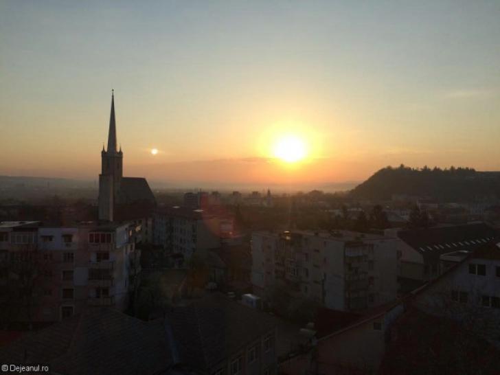 Fenomen rar observat pe cerul unui oraş din România. Care este explicaţia