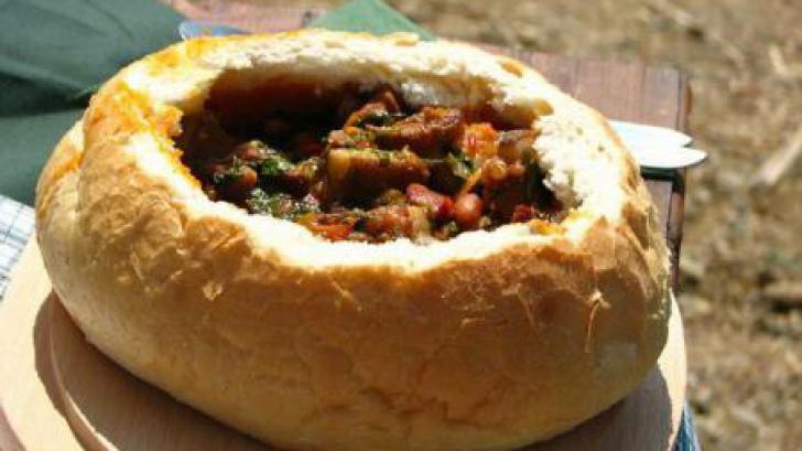 Reţetă de gulaș vânătoresc cu carne de mistreț, servit în pâine
