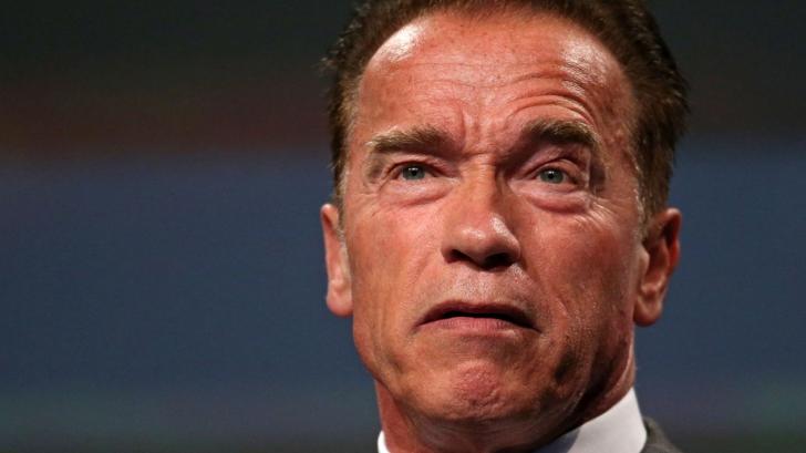 """Arnold Schwarzenegger s-a vaccinat în maşină la centrul de vaccinare de pe stadionul Dodgers: """"Vino cu mine dacă vrei să trăieşti!"""" VIDEO"""