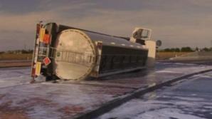 O cisternă încărcată cu 27 de tone de combustibil s-a răsturnat în judeţul Braşov