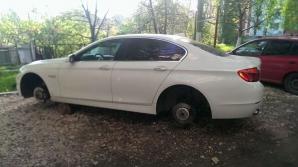 Șoferul a descoperit că hoții i-au furat roţile mașinii