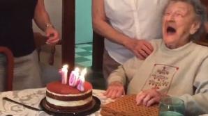 O bătrânică de 102 suflă în lumânările de pe tort