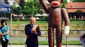 Emil Boc, poză cu maimuţa. Primarul Clujului a inaugurat noul monument din oraş / Foto: ziardecluj.ro